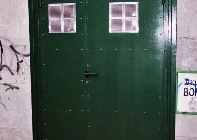 Varias persianas y puertas
