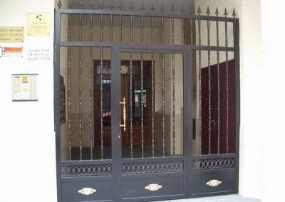 Varias puertas balaustre